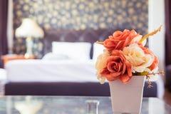 Rosafarbene Blume der Weinlese im Schlafzimmer Stockfoto