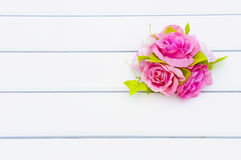 Rosafarbene Blumen auf der Tabelle Lizenzfreies Stockbild