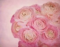 Rosafarbene Blumen auf einem Weinlesehintergrund Stockfoto