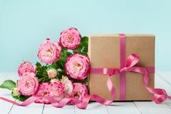 Rosafarbene Blumen und Geschenkbox des Frühlinges auf Weinlesetabelle Grußkarte für Geburtstags-, Frauen-oder Mutter-Tag Gebrauch Stockbilder