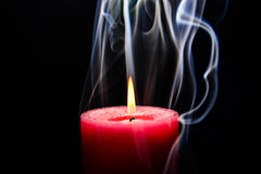 Rosafarbene brennende Kerze lizenzfreie stockfotografie