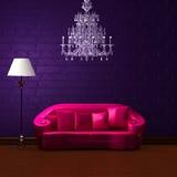 Rosafarbene Couch in der dunklen purpurroten Minute Stockfotografie