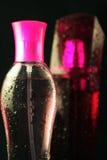 Rosafarbene Duftstoffphiolen Stockbilder