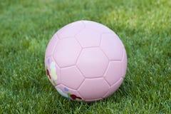 Rosafarbene Fußballkugel stockfoto
