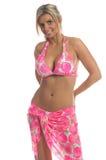 Rosafarbene Hibiscus-Bikini-Blondine stockbild