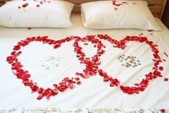 Rosafarbene Innere des Rotes auf weißem Bett. Stockbilder