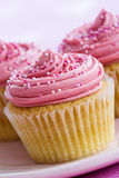 Rosafarbene kleine Kuchen Stockfotos