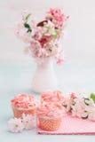 Rosafarbene kleine Kuchen Stockfotografie