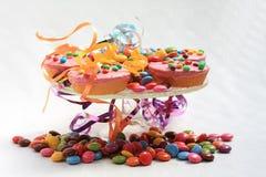 Rosafarbene kleine Kuchen, Partyplatte Lizenzfreie Stockbilder