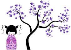 Rosafarbene kokeshi Puppe mit Baum Stockfotos