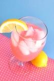 Rosafarbene Limonade auf Blau Lizenzfreies Stockfoto