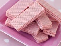 Rosafarbene Oblate-Biskuite stockfotos