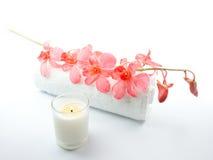 Rosafarbene Orchidee, Tuch und Kerze Stockfotografie