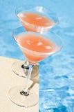 Rosafarbene Pampelmuse-Cocktail durch das Pool Lizenzfreie Stockbilder