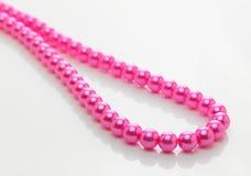 Rosafarbene Perlenkette lizenzfreie stockbilder
