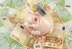 Rosafarbene piggy Querneigung auf Euro Lizenzfreie Stockfotos