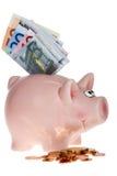 Rosafarbene piggy Querneigung mit Eurobanknoten lizenzfreie stockfotos