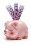 Rosafarbene piggy Querneigung mit fünfhundert Eurobanknoten. Lizenzfreie Stockbilder