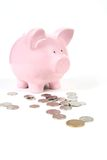 Rosafarbene Piggy Querneigung mit Münzen Lizenzfreies Stockfoto