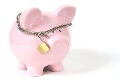 Rosafarbene Piggy Querneigung mit Verriegelung auf weißem Hintergrund Stockfotos