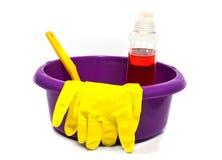 Rosafarbene Plastikwanne mit Reinigungshilfsmitteln stockfotos