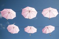 Rosafarbene Regenschirme Stockfotos