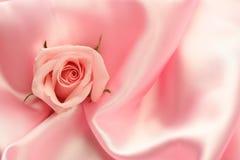 Rosafarbene Rose auf rosafarbenem Satin Lizenzfreie Stockfotos