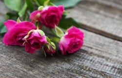 Rosafarbene Rosen auf einer Tabelle stockfotografie