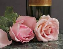 Rosafarbene Rosen und Wein Stockfoto