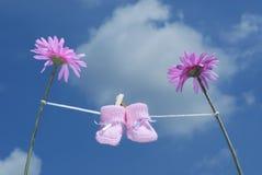 Rosafarbene Schätzchenbeuten, die an einer Kleidungzeile hängen Stockfotografie