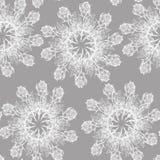Rosafarbene Schneeflocke der Grafik auf einem grauen Hintergrund Nahtloses mit Blumenmuster Stockbilder