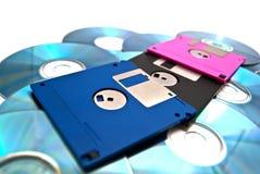 Rosafarbene, schwarze und blaue Disketten auf Weiß lizenzfreie stockbilder