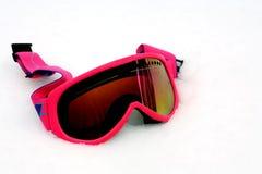 Rosafarbene Ski-Schutzbrillen im Schnee stockfotos