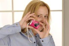 Rosafarbene Spielzeug-Digitalkamera Stockfotos