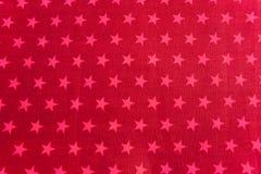 Rosafarbene Sterne auf rotem Hintergrund stockfoto