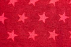 Rosafarbene Sterne auf rotem Hintergrund stockbilder