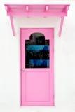 Rosafarbene Tür mit Sonnenschutz Stockbilder