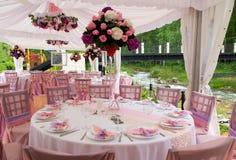 Rosafarbene Tabellen in der im Freiengaststätte Lizenzfreies Stockbild
