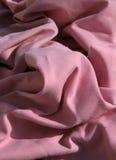 Rosafarbene Tuchtabellenservietten häuften oben auf und knitterten Stockbild