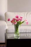 Rosafarbene Tulpen im modernen Wohnzimmer Lizenzfreies Stockbild