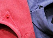 Rosafarbene u. blaue Hemden lizenzfreie stockbilder