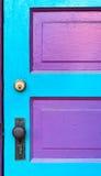 Rosafarbene u. cyan-blaue Tür Stockfotografie