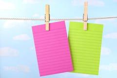 Rosafarbene und grüne Anmerkungen über Wäscheleine stockfotografie