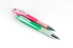 Rosafarbene und grüne Plastikkugelfedern Lizenzfreie Stockfotos