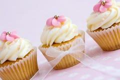 Rosafarbene und weiße kleine Kuchen lizenzfreies stockfoto