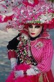 Rosafarbene venetianische Schablone Annecys am Karneval Stockfoto