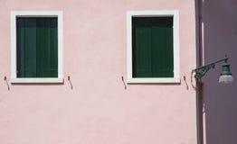 Rosafarbene Wand mit Windows Stockfotografie