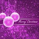 Rosafarbene Weihnachtskugeln auf Purpur Lizenzfreie Stockfotografie