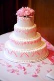 Rosafarbener abgestufter Hochzeits-Kuchen mit rosafarbenen Blumen Lizenzfreies Stockfoto