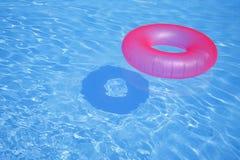 Rosafarbener aufblasbarer Ring stockbild